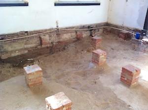 rotte houten vloer wordt vervangen
