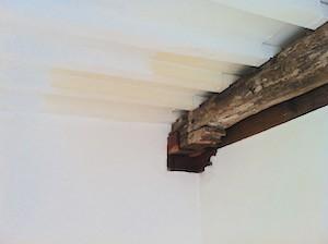 houten balk met restanten schilserwerk 15e eeuw