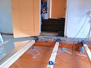 nieuwe vloerbalken, TONZON thermoskussens worden aangebracht